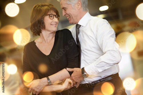 Fotografia Romantic senior couple dancing together at dance hall