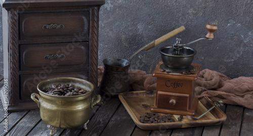 Plakat na stole młynek do kawy, szafka, Turek, kawa i kawa