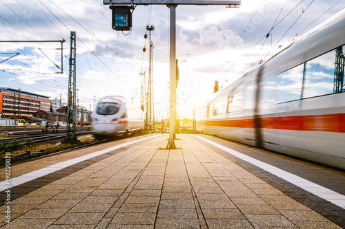 Poster Voies ferrées Züge fahren in den Frankfurter Bahnhof ein