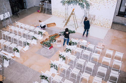 Fotomural the process of preparation by florists and decorators of the hall for the weddin