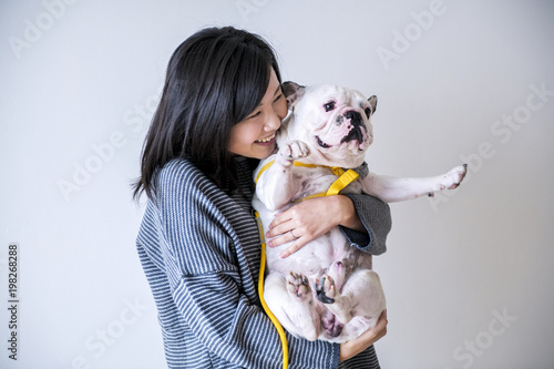 Photographie Asian woman hugging dog
