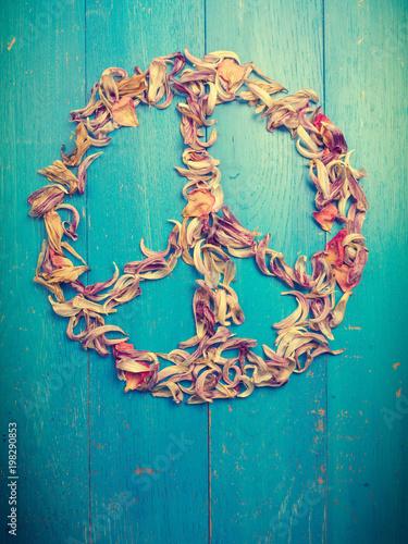 Fotografía  Friedenssymbol aus Tulpenblätter auf blauem Holzhintergrund