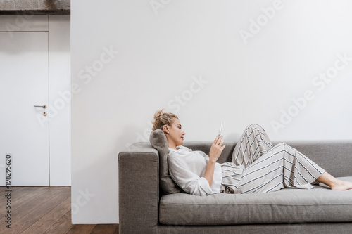 Photographie  Woman Reading on Tablet