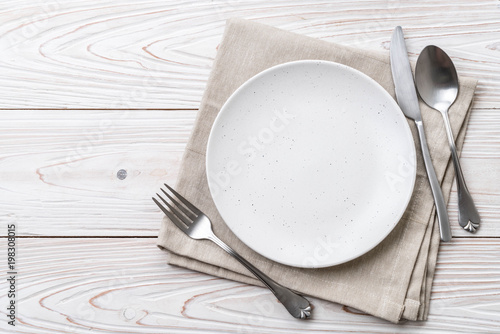 Fotografia empty plate spoon fork and knife