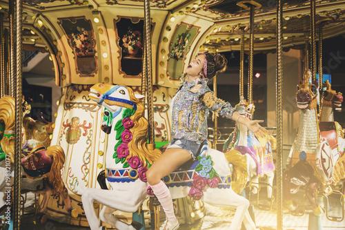 Photo  Stylish woman wearing sparkling jacket on the carousel