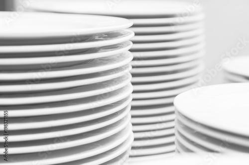 Photo  Many white ceramic clean modern dishes on table
