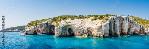 Photo Tourist boats close to Blue caves at the cliff of Zakynthos island with, Greece,