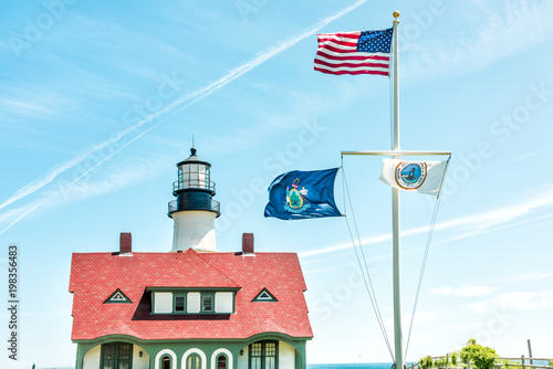 Portland Head Lighthouse and museum building in Fort Williams park in Maine duri Poster