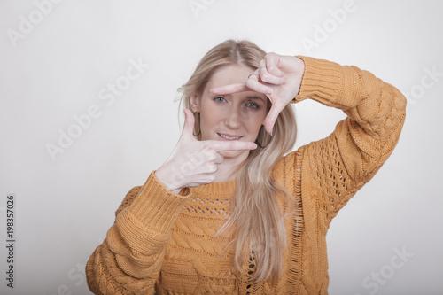 Fotografie, Obraz  Blondine steuert eine Drohne mittels einer Geste