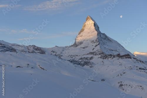 Erste Sonnenstrahlen auf das Matterhorn beim Sonnenaufgang im Winter, der Mond s Wallpaper Mural
