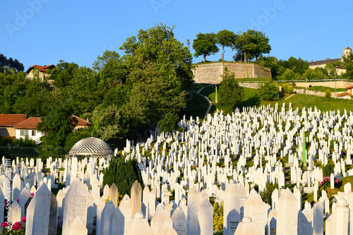 Foto View across Kovaci Cemetery to the Yellow Bastion in Sarajevo, Bosnia Herzegovin