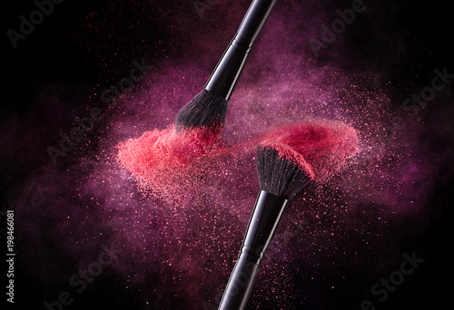 Fotografia  Cosmetic Brushes And Explosion Colorful Powders.