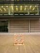 Kleine abgesperrte Baustelle auf ausgebesserten Schiffdielen am Medienhafen in Düsseldorf am Rhein in Nordrhein-Westfalen