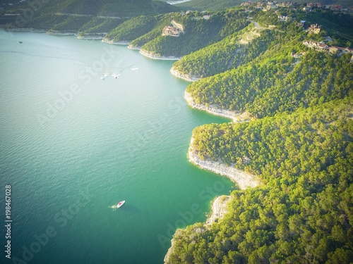 Photo Vintage aerial trees and cliff rock wall, bluffs at Lake Travis, Austin, Texas, USA
