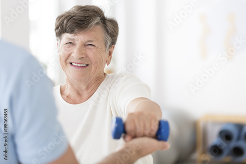 Fotografía  Senior woman exercising with weights
