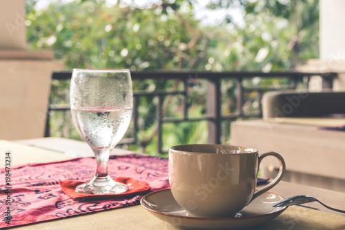Obraz na dibondzie (fotoboard) Szkło czysta woda na restauracja stole outdoors. Wyspa Bali.