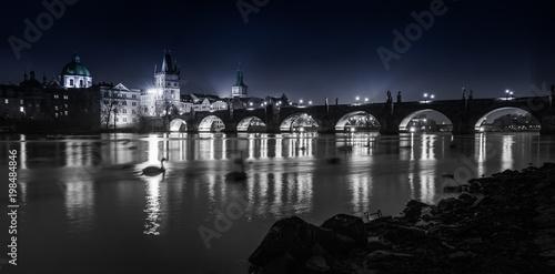 Zdjęcie XXL Mosty Pragi nad Wełtawą pod światłami miasta. Praga w Republice Czeskiej_004