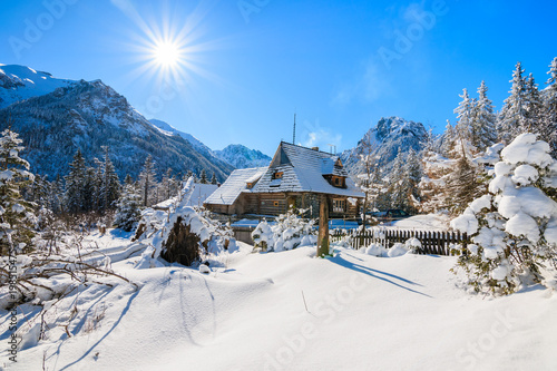 Montage in der Fensternische Gebirge Small wooden house in winter landscape near Morskie Oko lake with sun on blue sky, Tatra Mountains, Poland
