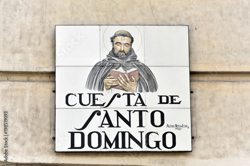 Strassenschild Aus Kacheln Cuesta De Santo Domingo Madrid Spanien