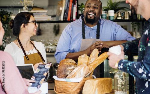 Fotografía  Customer ordering pasrty at counter