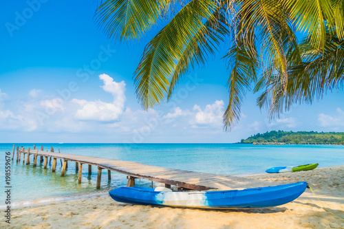 Spoed Fotobehang Eiland Beautiful tropical beach and sea
