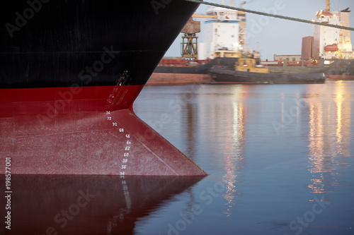 Fotografía  Draft marks on a ship - waterline numbers on bow and stern of a vessel at seapor