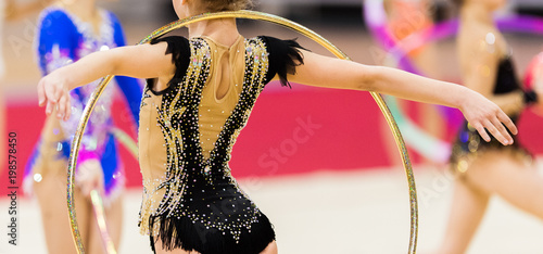La pose en embrasure Gymnastique Rhythmic gymnastics competition - blurred