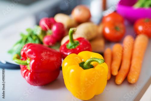 Fotodibond 3D Zamknij się świeże różnorodne kolorowe warzywa na blacie kuchennym przed cięte do dalszego robienia śniadania.