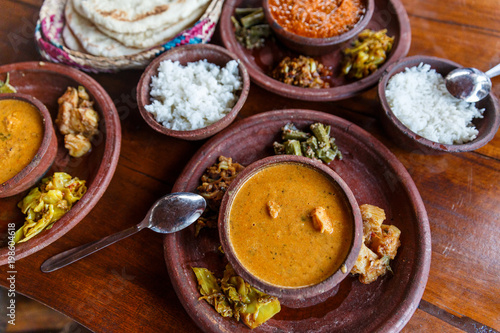 Photo close up view of traditional asian food on wooden tabletop, sri lanka