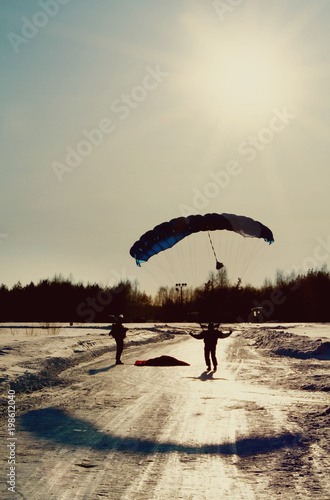 Poster Luchtsport skydiver on landing in the snow