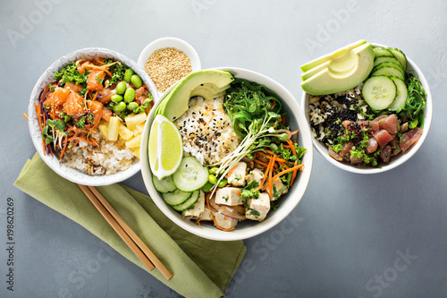 Fotografia Variety of poke bowls with tuna, salmon and tofu