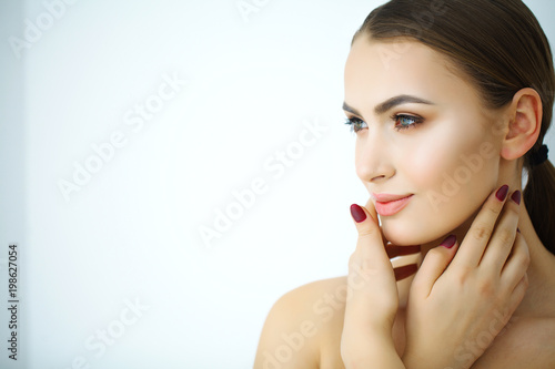 Fotografía  A beautiful woman using a skin care product, moisturizer or lotion and Skincare taking care of her dry complexion