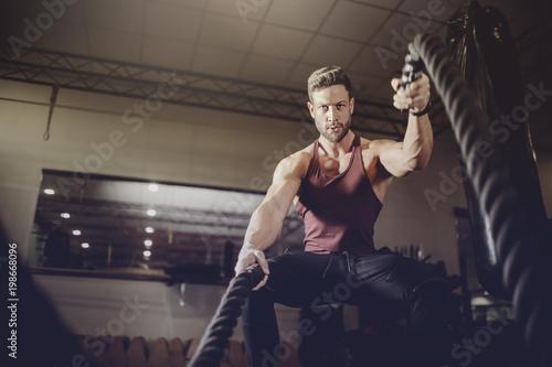 Fotografija  Muscular man training