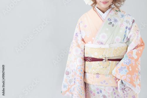 Valokuvatapetti 着物の若い日本人女性