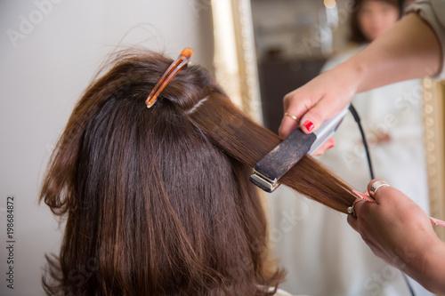 Fotografie, Obraz  ヘアアイロンを使う美容師