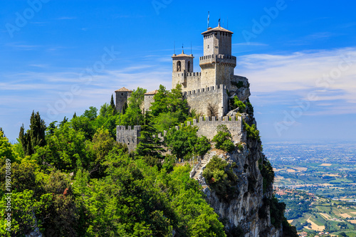 Poster de jardin Chateau San Marino Fortress is the most famous tourist attraction of San Marino. Scenic view from Monte Titano mountain.