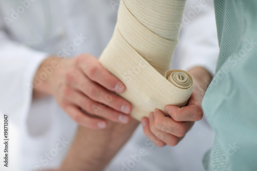Foto closeup.doctor applying elastic bandage