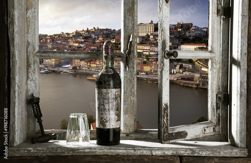 Blick durch ein Fenster auf Porto, Portugal Fototapeta