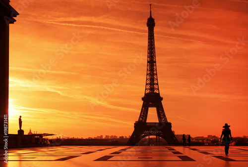 Papiers peints Paris Sunrise over Eiffel tower and tourist on Trocadero plaza