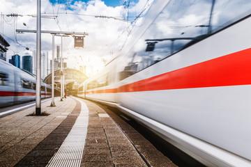 Fototapeta Züge in Bewegung am Frankfurter Bahnhof