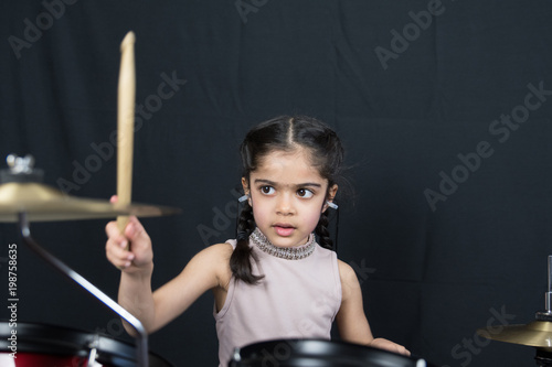 Girl practicing the drums Fototapet