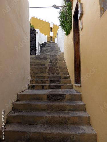 Poster Smal steegje Treppe durch eine enge Gasse von Porto Naos