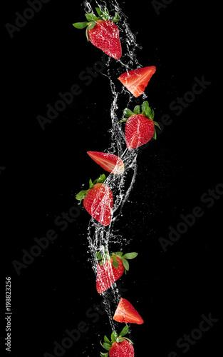 kawalki-truskawek-i-kostek-lodu-w-plusk-wody