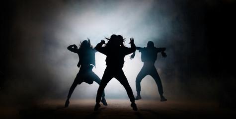 Skupina mladih hip-hop plesača koji nastupaju na pozornici. učinkovita izvedba. prekrasan ples. puni energičnih plesača