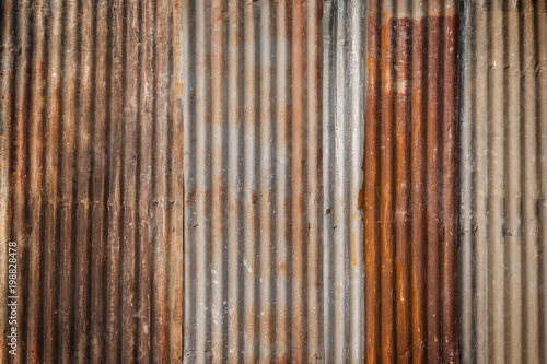 Foto  Rusty and corrugated iron metal construction site wall texture background with vignette