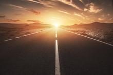 Einsame Straße Führt In Sonnenuntergang