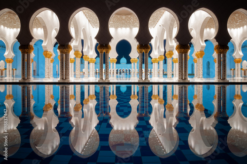 Foto auf Leinwand Abu Dhabi Amazing night reflection at Mosque, Abu Dhabi, United Arab Emirates
