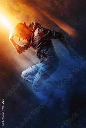 Fotografía  Man break dancing on smoke background
