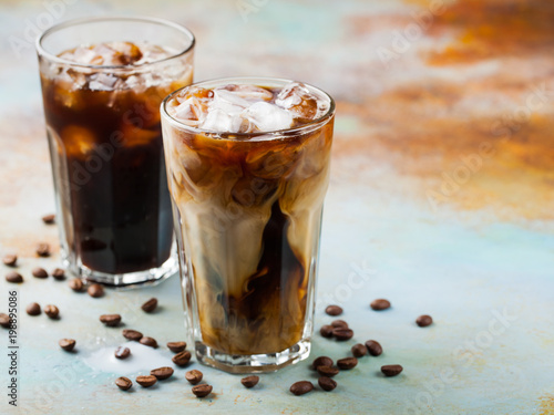 Fotografía  Ice coffee in a tall glass with cream poured over and coffee beans