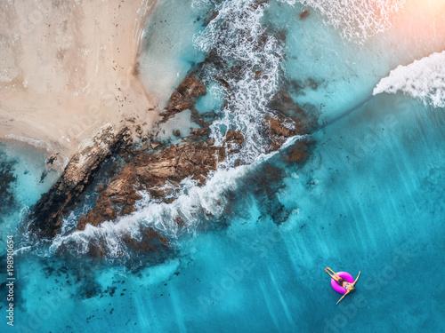 widok-z-lotu-ptaka-mlodej-kobiety-doplyniecie-na-rozowym-plywanie-pierscionku-w-przejrzystym-turkusowym-morzu-w-oludeniz-seascape-lato